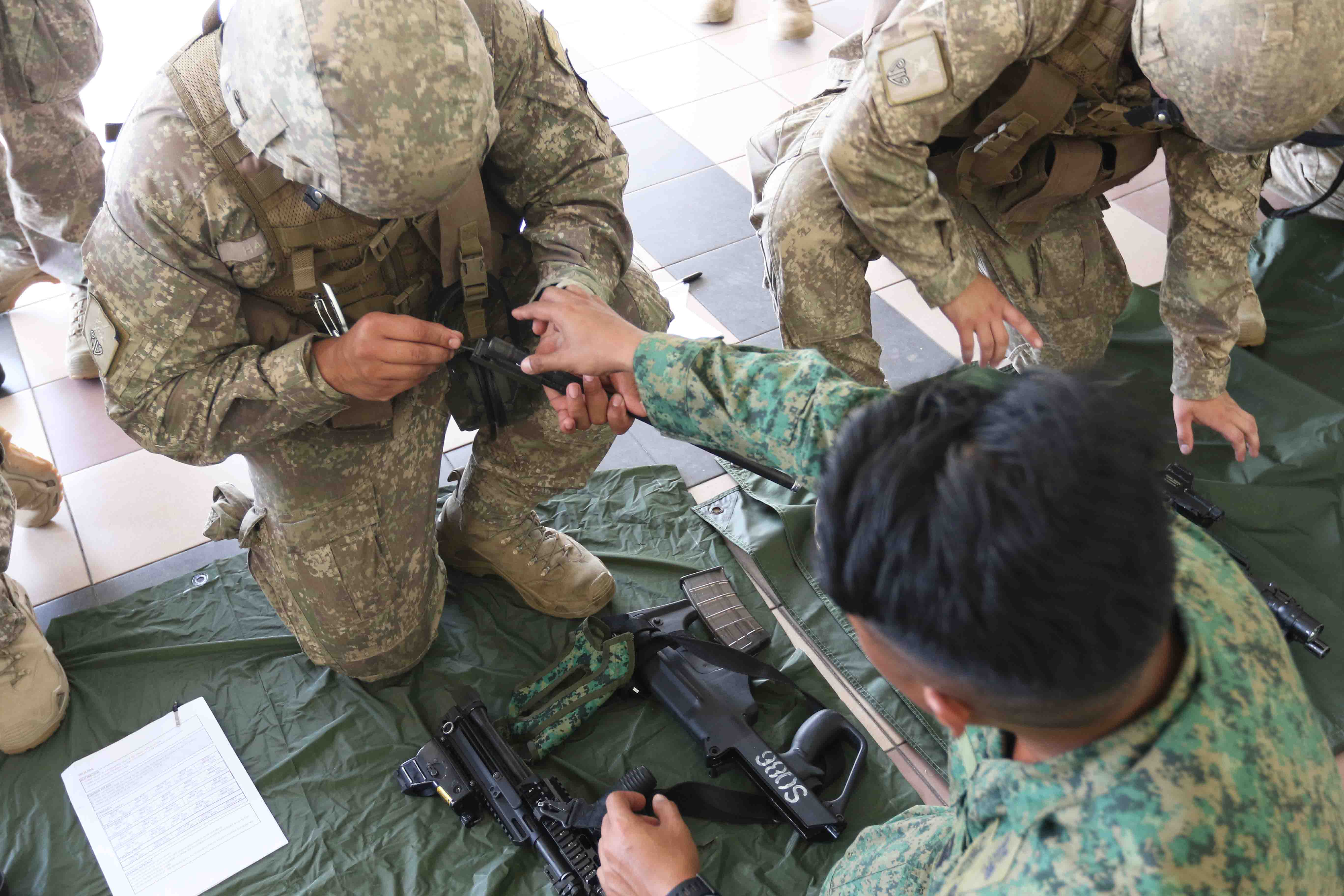 An NZDF soldier learning how to strip and assemble the SAR 21 (MMS).