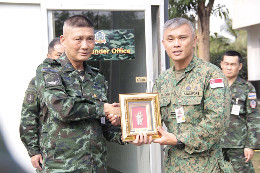 ME7 Chong Wah Heng (right) receiving a token of appreciation from the MNF Commander.