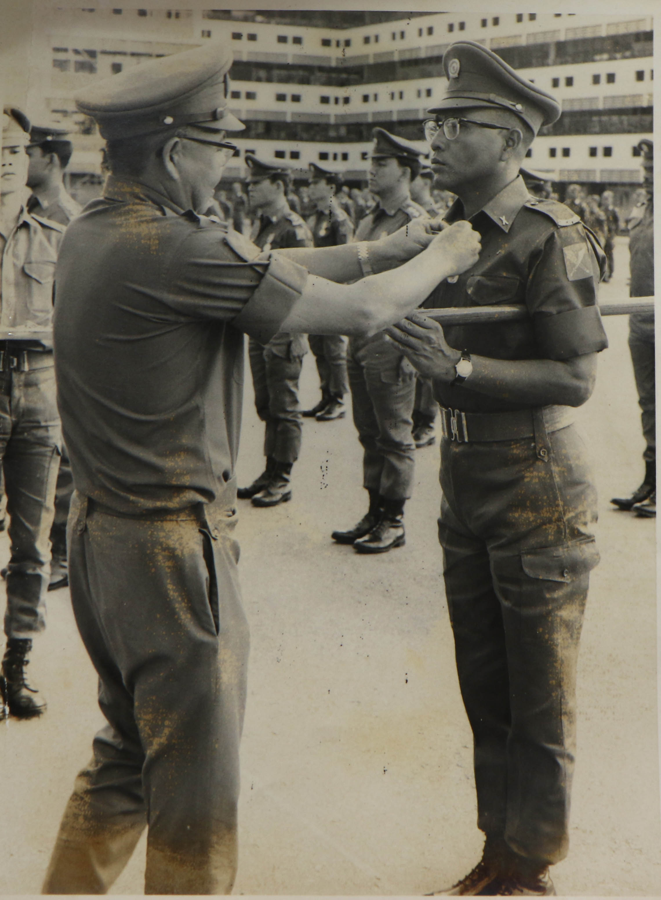 Then-Director SAFTI (now known as Pasir Laba Camp), COL Ronald Wee presenting CPT(Ret) Shamsudin with the Defence Medal. / Photo contributed by: CPT (Ret) Shamsudin bin Shadan.