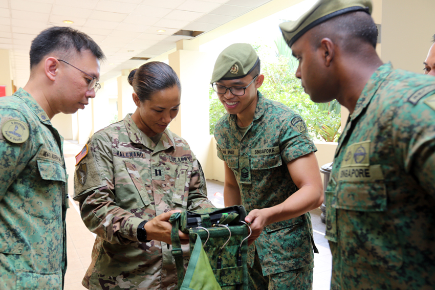 Our soldiers showing the Controller Display System for the Tactical Throwing System to a US soldier.