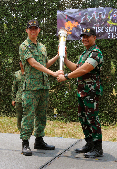 Our Chief of Army, Major-General (MG) Goh Si Hou presenting Chief of Staff of the Indonesian Army, General Andika Perkasa, the XSI torch.