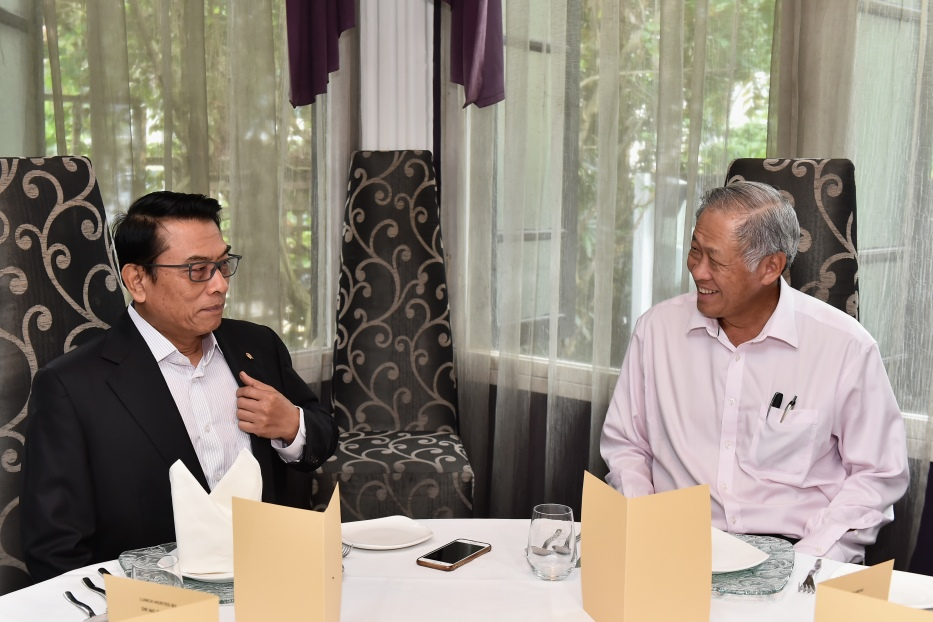 Minister for Defence Dr Ng Eng Hen (right) hosting Indonesian Presidential Chief of Staff General (Rtd) Moeldoko to a luncheon in Singapore.