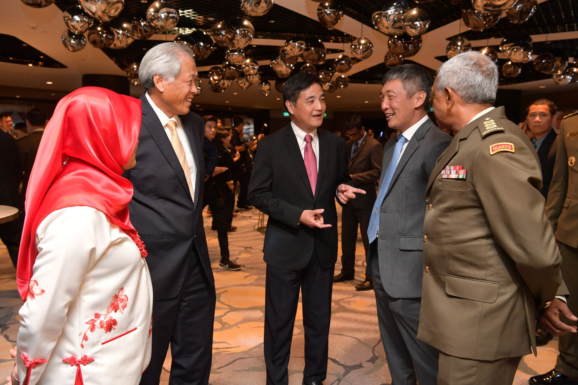 Dr Ng (second from left) and Senior Minister of State for Defence Mr Heng Chee How (second from right) interacting with guests at the TDA Dinner 2018.
