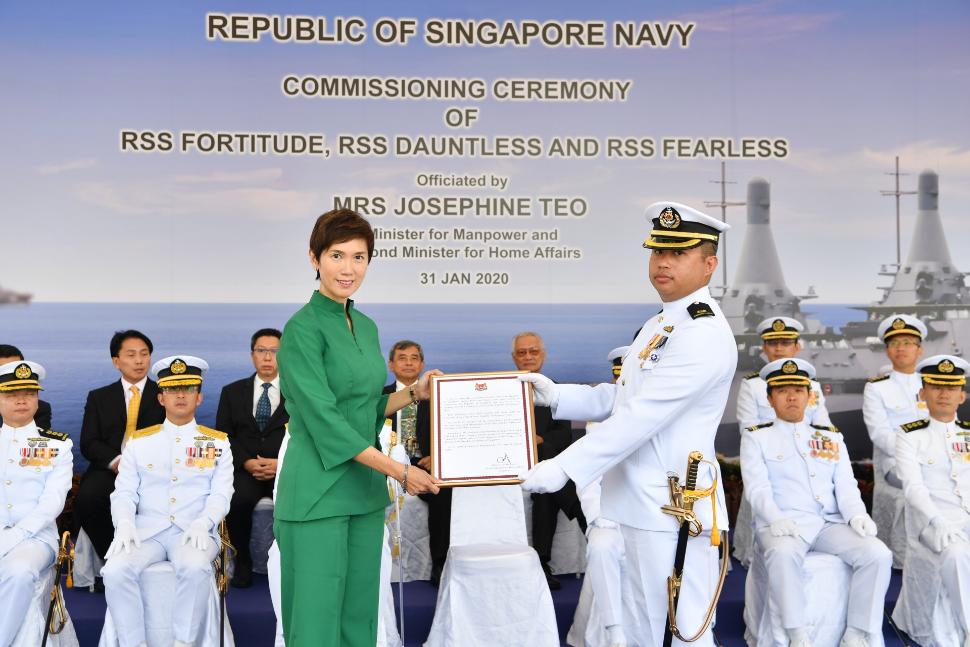 Mrs Teo presenting the Commissioning Warrant to Commanding Officer of RSS Fearless, Major Chew Chun Cheong.
