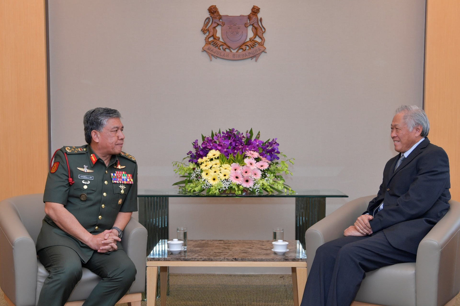 Malaysian Armed Forces Chief of Army, General (GEN) Dato' Seri Panglima Hj Ahmad Hasbullah bin Hj Mohd Nawawi (left) calling on Minister for Defence Dr Ng Eng Hen (right).