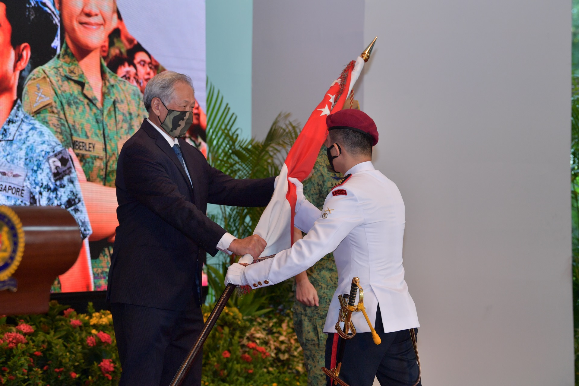 Dr Ng presenting the State Colours to Lieutenant-Colonel Fabian Pwi, Commanding Officer of the 1st Commando Battalion, which won the Best Combat Unit award this year.