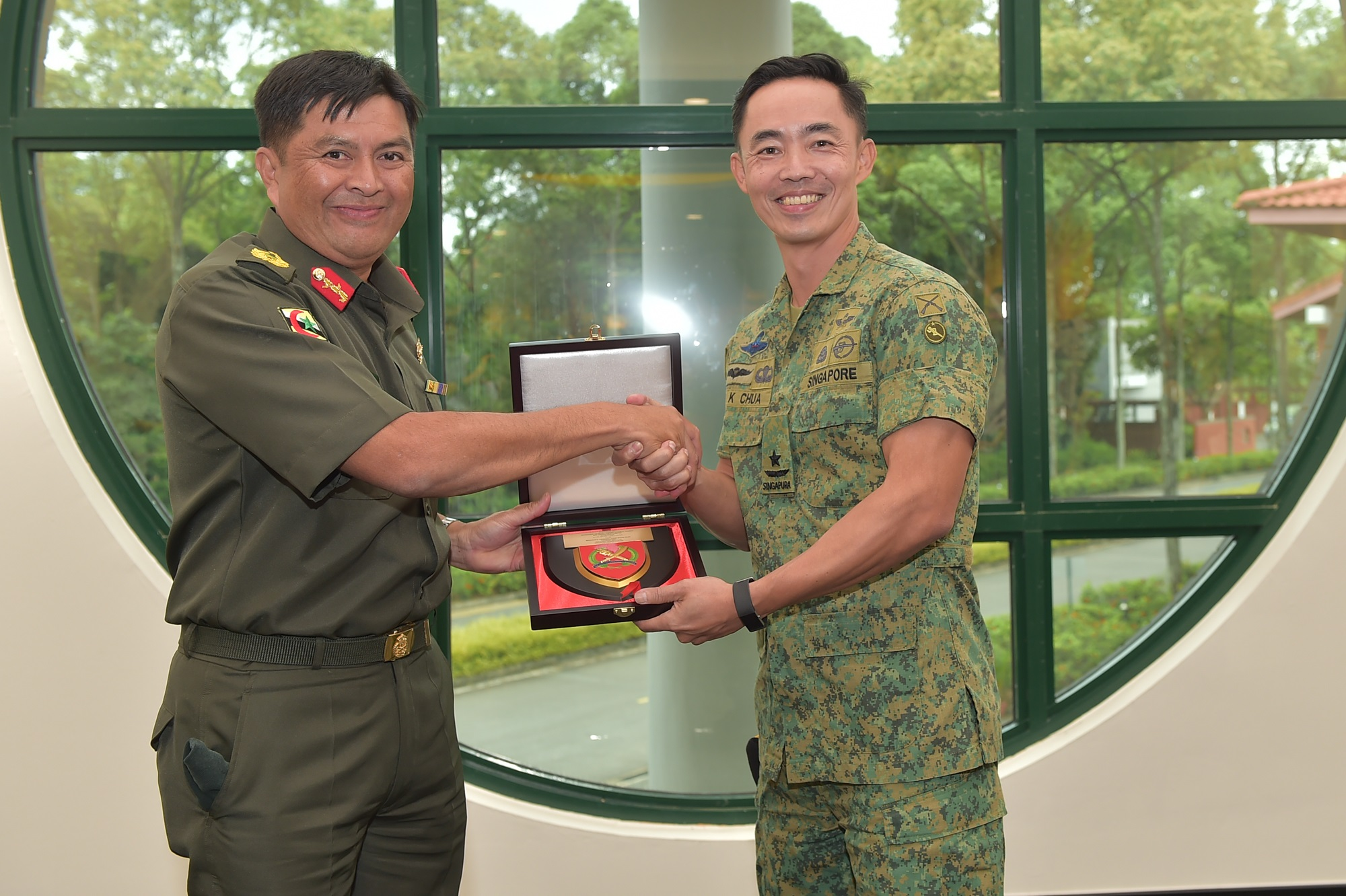 Commandant SAFTI Military Institute (MI) BG Chua Boon Keat (right) hosting BG Khairul Hamed (left) to a visit to SAFTI MI.