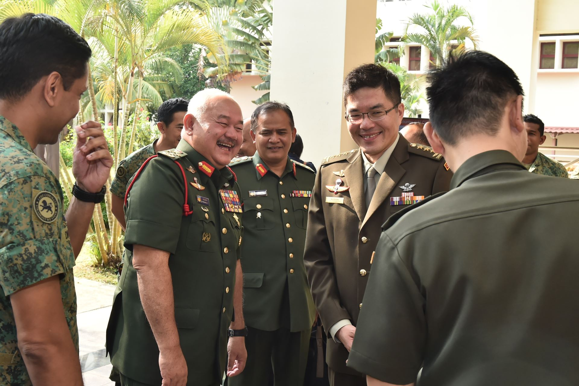 GEN Zulkifli, accompanied by Chief of Defence Force Lieutenant-General Melvyn Ong, during his visit to the Island Defence Training Institute at Clementi Camp.