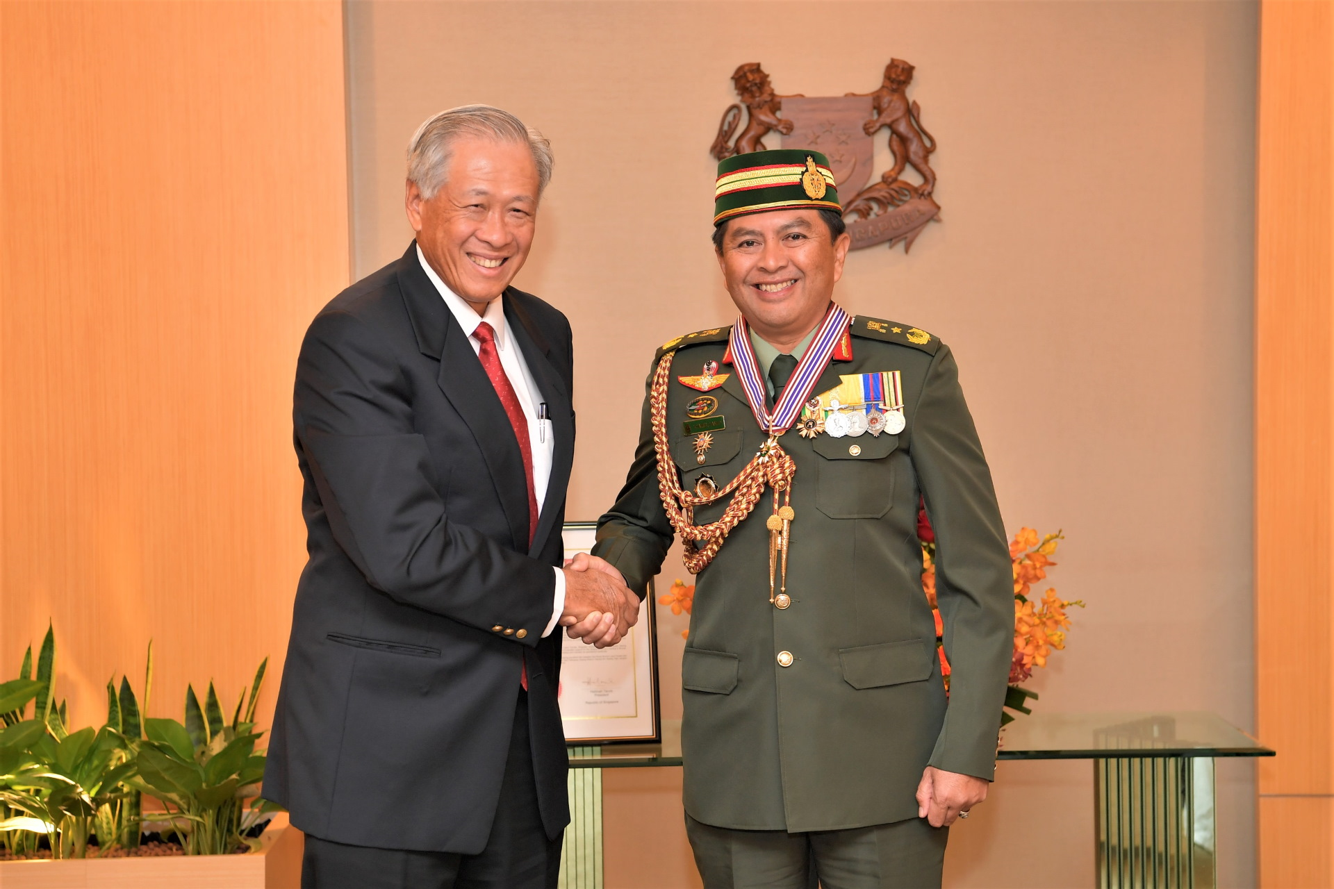 Minister for Defence Dr Ng Eng Hen (left) congratulating Commander of the Royal Brunei Land Forces Brigadier General (BG) Dato Seri Pahlawan Awang Khairul Hamed bin Awang Haji Lampoh (right).