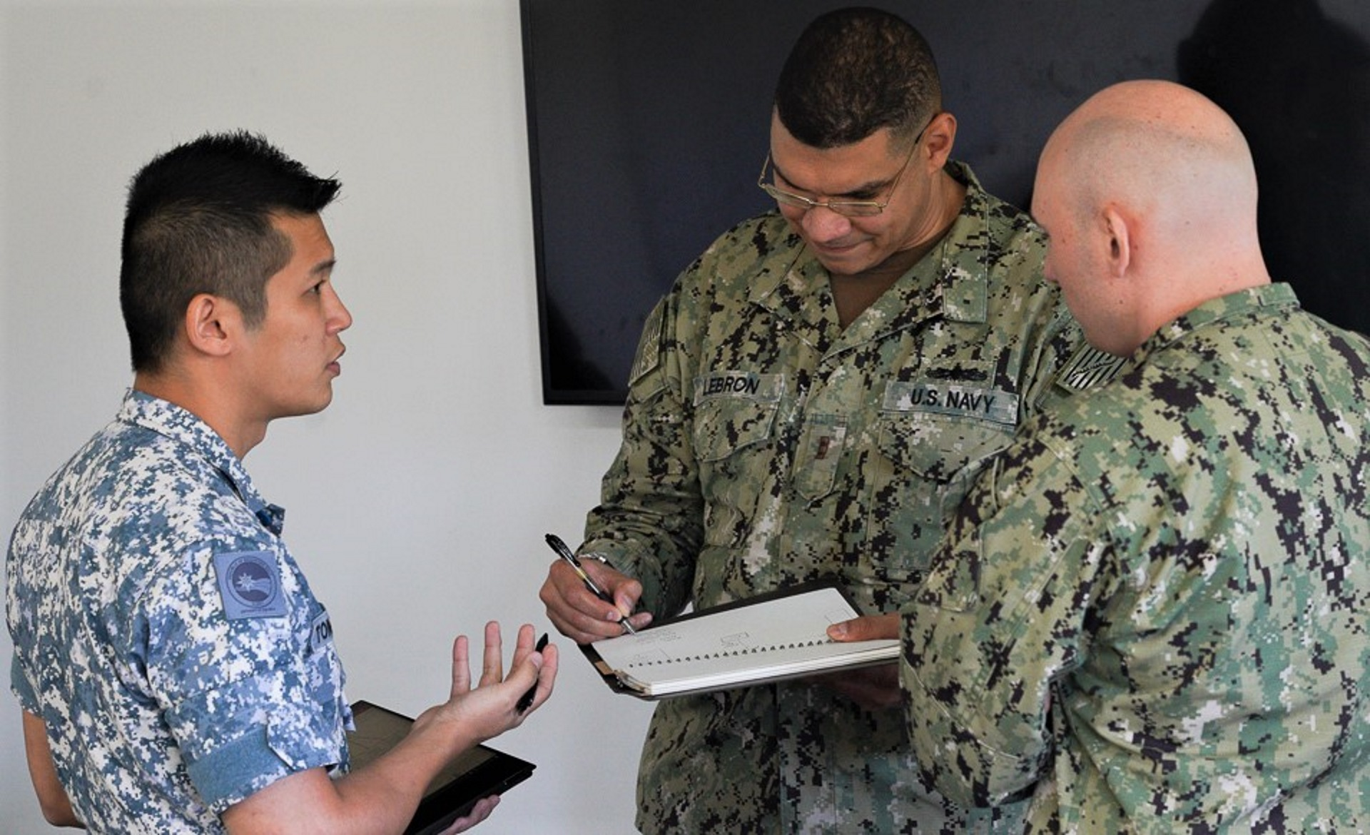 RSN and USN personnel conducting operations planning during Ex Pacific Griffin 2019.